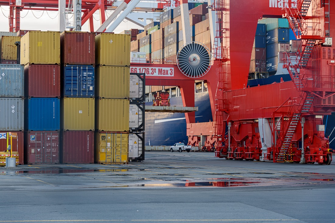 Moving in stabilisers between containers